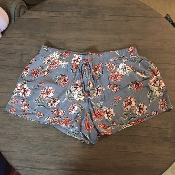 Gypsies & Moondust Pants - NWOT Cute cloth shorts with tie close!